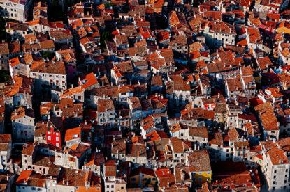 rovinj, krovovi rovinja snimano iz zraka, davor rostuhar, hrvatska iz zraka